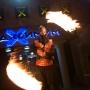 человек на ходулях играет огнем