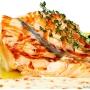 жареная красная рыба с соусом с икрой