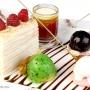 торт наполеон украшен малиной и разноцветным мороженным