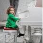 девочка за музыкальным инструментом
