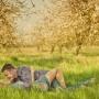 обнимаясь лежа на траве