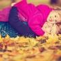золотая осень, дети играют с родителями в парке