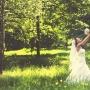 Невеста любуется букетом
