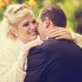 счастливая невеста обнимает жениха