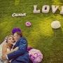 жених и невеста фото с буквами образующими слова Love и семья